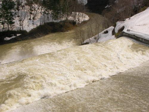 青山ダムの放水